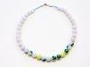 Halskette in Perlenoptik auf grünem Naturkautschuk